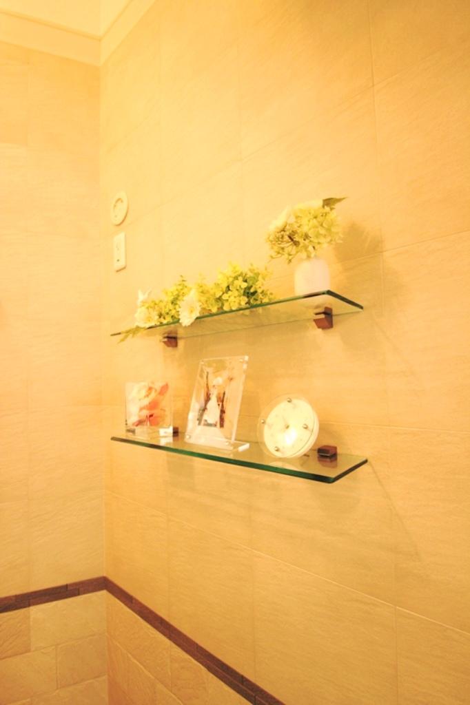 ガラス製の飾り棚で華やかさを演出しました。